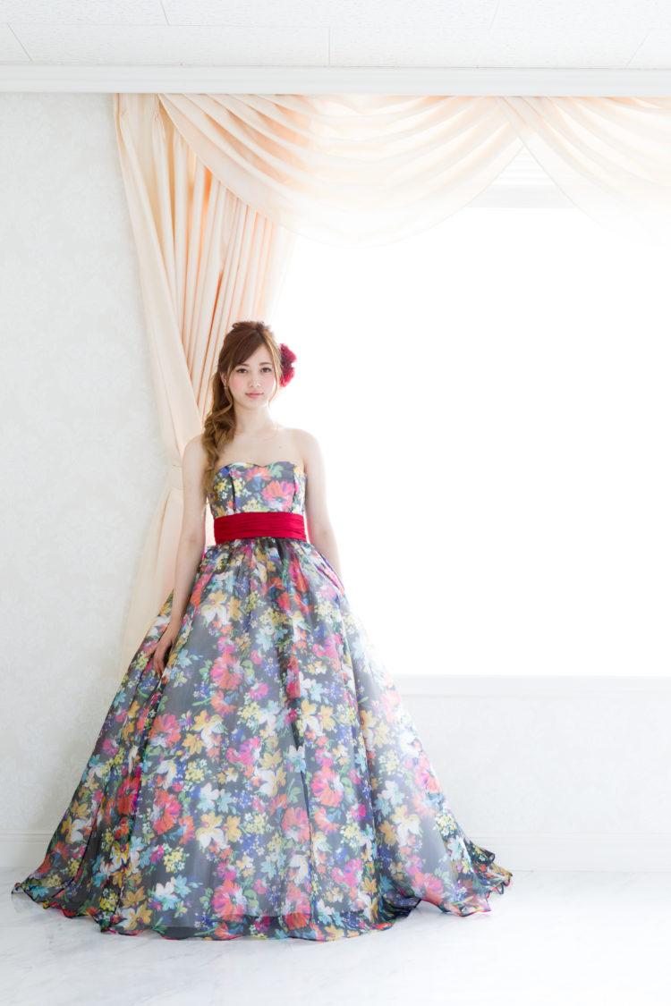 ac7cce367bd65 3)全体をレースに包まれたドレスから透けて見える花柄プリントのドレスがシンプルで大人っぽい!