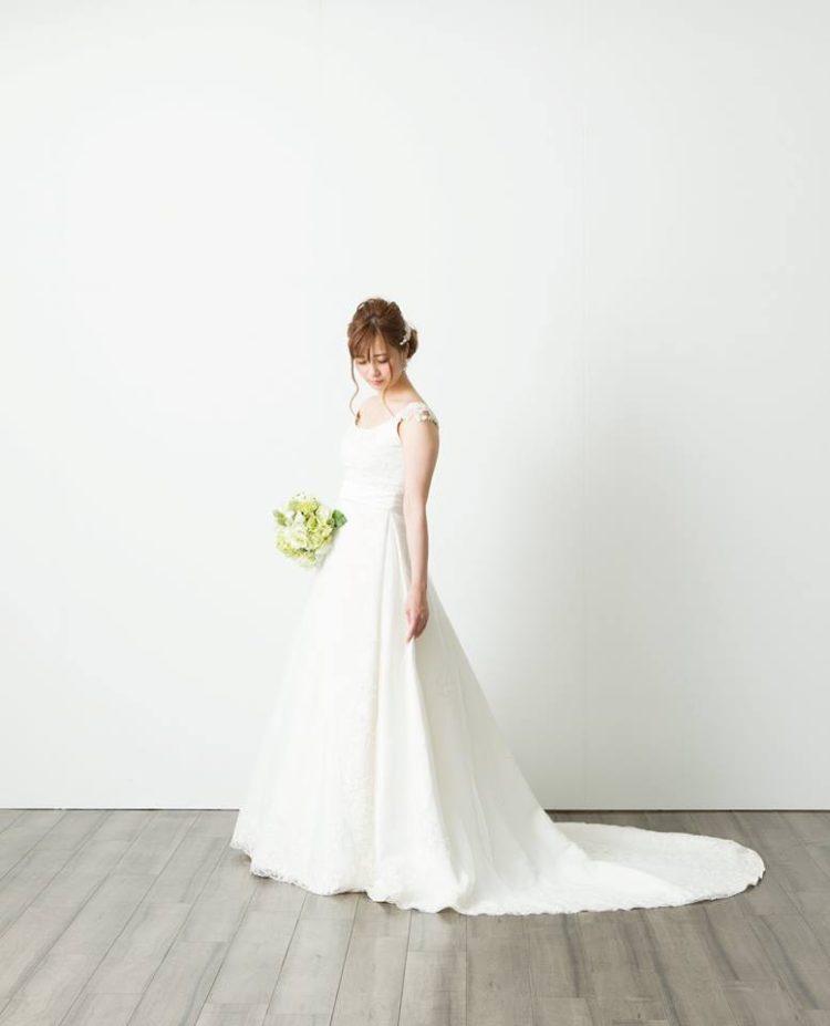 ウェディングドレス 肩あり シンプル